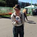 Жонглёр в баварском национальном мужском костюме на фестивале Das Fest 2015
