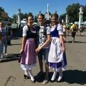 Девушки в баварских платьях Дирндль на баварском фестивале Das Fest 2015