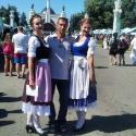 Баварочки и посетители фестиваля Das Fest 2015