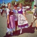 Девушки в баварских платьях Дирндль на фестивале Das Fest 2015