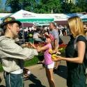Аниматор в баварском костюме учит посетительницу жонглировать на фестивале Das Fest 2015