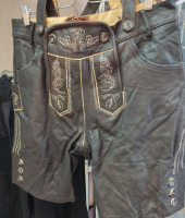Баварские шорты Ледерхозен из кожи вид спереди. Обхват  по ремню 100 см.