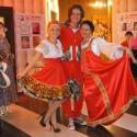 Посетители и девушки хостесс в русских народных костюмах в прокат