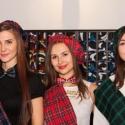 Девушки хостесс в шотландских костюмах