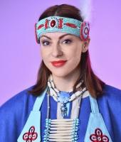 Женский индейский костюм в прокат. Крупный план украшений.