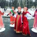 Девушки в русских сарафанах с кокошниками на праздновании Масленицы в Сокольниках