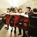 Промо-модели в шотландских костюмах в метро
