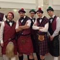 Парни в шотландских килтах во время промо-акции