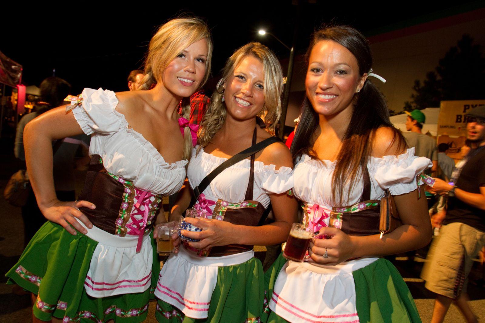Девушки в баварских национальных костюмах дирндль.