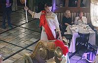 Цезарь взял костюм в аренду